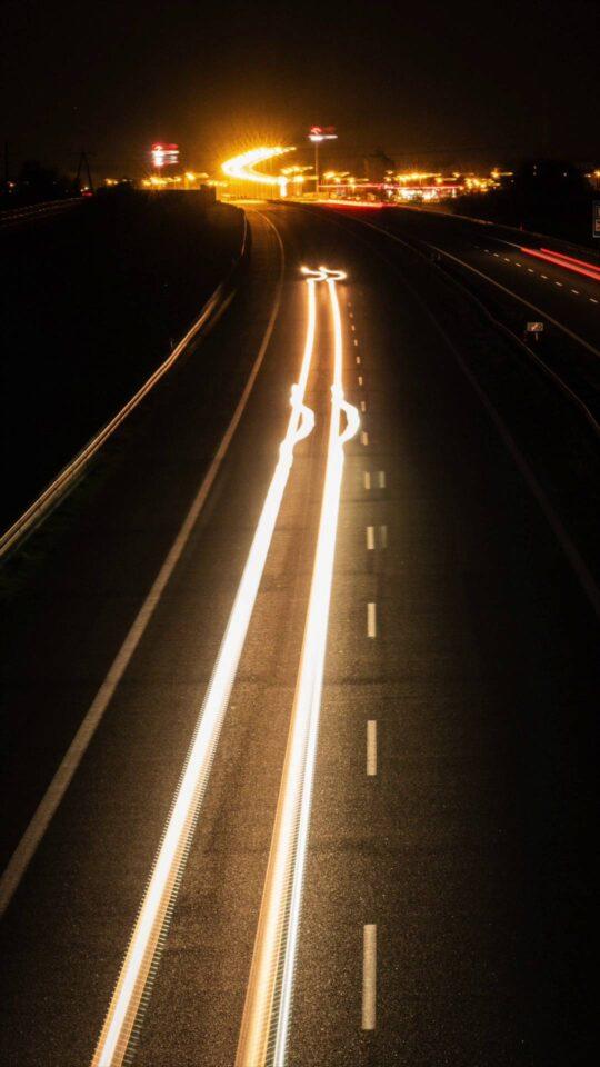 zdjęcie z efektem rozmazanych świateł samochodów