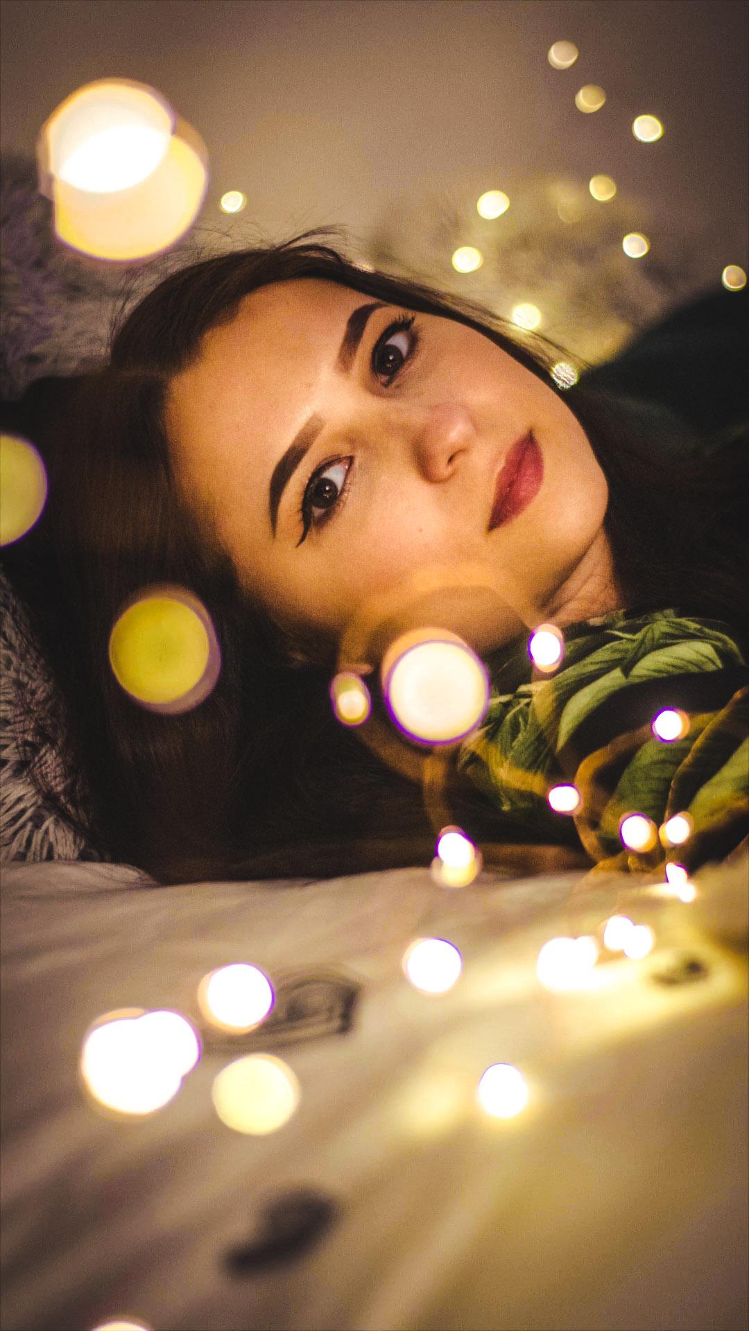 zdjęcie z rozmazanymi lampkami choinkowymi